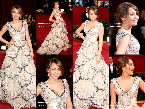 22/02/2009 : Miley a assisté a la cérémonie des Oscars, vêtue d'une robe signée Zuhair Murad. Je trouve Miley absolument magnifique dans cette robe, une de mes tenues préférées parmi celles qu'elle a portées !