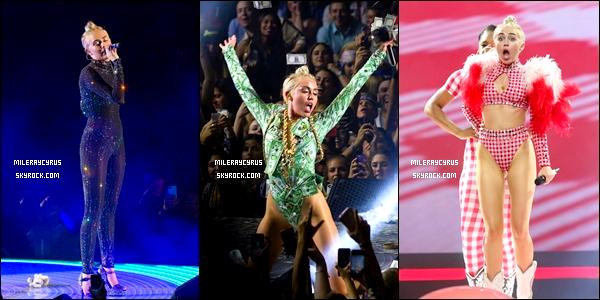01/08/2014 : Après son concert à New York, Miley a pris le temps de poser avec quelques fans.