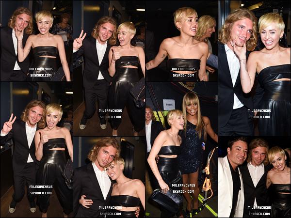 24/08/2014 :  Notre belle Miley a assisté à la très attendue cérémonie des MTV Video Music Awards, en Californie. La belle était accompagnée d'un de ses amis, qui est SDF. Alors qu'elle remporte le prix du meilleur clip de l'année pour sa chanson Wrecking Ball, Miley décide de laisser son ami aller sur scène à sa place, afin de faire un discours sur les jeunes qui n'ont pas la possibilité d'avoir un domicile. Sinon, côté tenue, Mil portait une jolie combinaison noir, qui, je trouve, lui allait très bien. ~ TOP ou FLOP ?