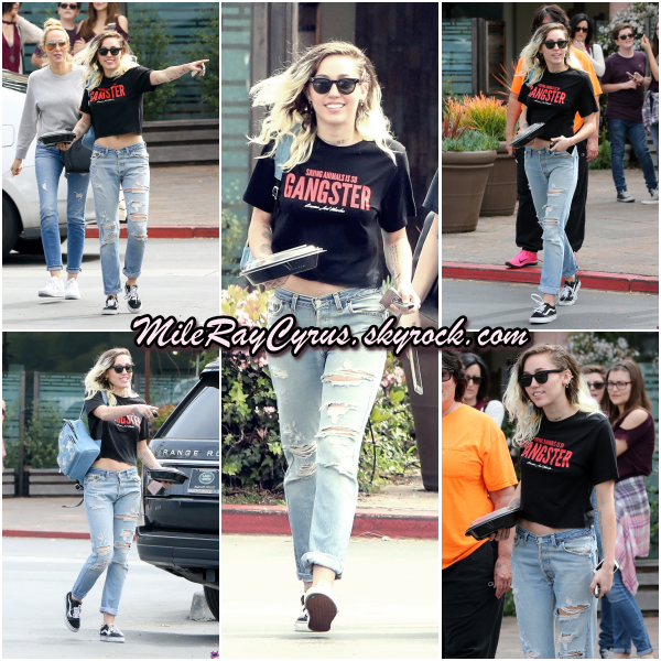 19/03/2017 : Miley quittant un restaurant de Malibu avec sa soeur Brandi et sa mère Tish.