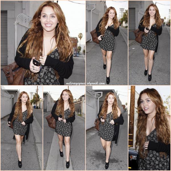 ~ FLASH BACK ~ Il y a 6 ans, le 17 avril 2011, Miley a été photographiée quittant American Rag à Los Angeles. Côté tenue, j'adhère complètement, c'est donc un gros TOP pour moi ! Je trouve la robe vraiment sympa, et l'ensemble chaussures - gilet - sac va très bien à la jeune Miley, tout comme sa jolie coiffure et son maquillage léger et naturel. Qu'en penses-tu ? C'est un TOP ou FLOP ?