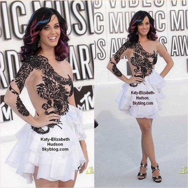 Katherine Elizabeth Hudson, connue sous le nom de scène Katy Perry, née le 25 octobre 19841 à Santa Barbara, en Californie, États-Unis2, est une auteur-compositeur chanteuse américaine. En octobre 2010, la chanteuse a vendu plus de 35,7 millions de disques a travers le monde, dont 5,9 millions d'albums et 29,8 millions de singles.