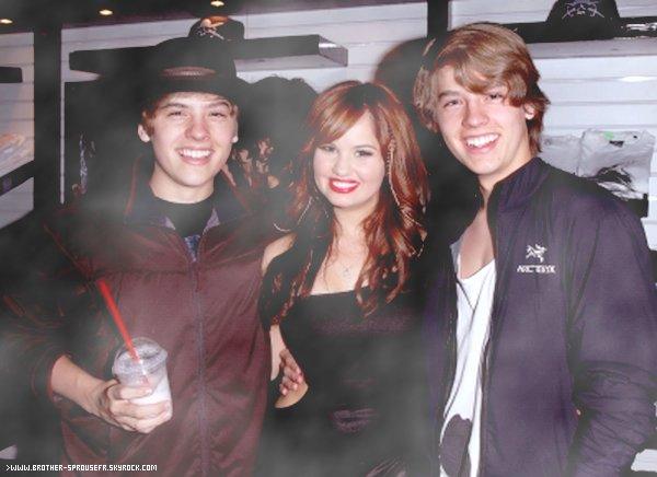 17.07.11 :  Cole & Dylan a l'anniversaire de Debby Ryan  Voici de nouvelle photos de cette événement viens vite les découvrir !