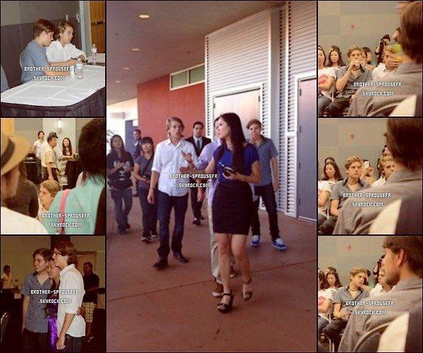 """01.08.2011: Découvre des photos de Cole et Dylan posant avec des fans et signant des autographes après le tournage de leur vidéo pour ½uvre de charité """"Sendai """"  vivement les prochaines !"""