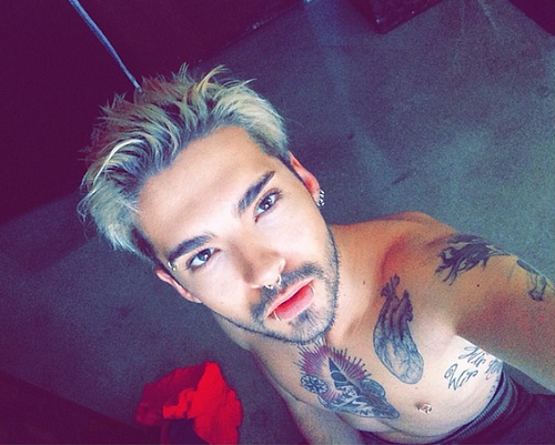 » Tokio Hotel : Bill Kaulitz se montre à demi-nu et tatoué.