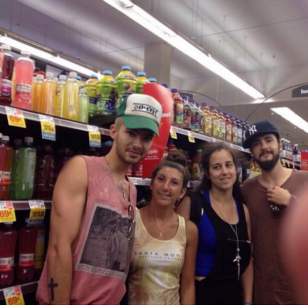 » 14.07.2014 – Bill et Tom avec des fans à Los Angeles (USA) / Source : Instagram - roxanedaranjo