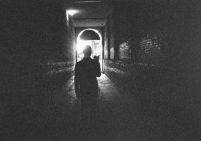 """""""Le plus clair de mon temps, je le passe à l'obscurcir, parce que la lumière me gêne."""""""