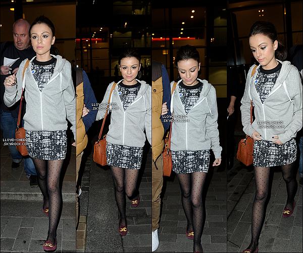 """. 23/02/12 : Miss Lloyd c'est fait paparazzité alors qu'elle sortait du studio """"Blue Peter"""". + Cher était sur """"CAPITAL FM"""" le 22février. ."""