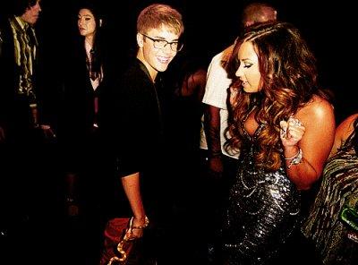 - 28 août -  Justin était présent au VMA Coter tenue : Blaser noir avec une broche Yves Saint Laurent , slim rouge et un genre de basket sans oublier le serpent un TOP