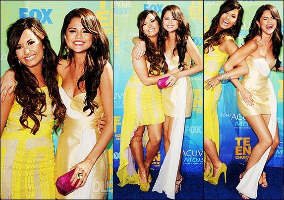 ..Delena is back !   Le jour des Teen Choice Awards 2011 (7 aout), les deux ex princesses de Disney on faite leur apparition sur le tapis rouge (enfin..bleu) toute souriantes, comme pour nous montrez que leur amitié n'avais pas disparue, mais qu'elle était juste en veille. Ou d'après les rumeurs, il s'agissait d'une dispute. Mais une photo ne suffis pas pour nous prouvez leur amitié. Le sourire de Selena à l'aire vrais, mais celui de Demi à l'aire d'être dédié uniquement aux paparazzis. _Et vous qu'an pensé vous ? .