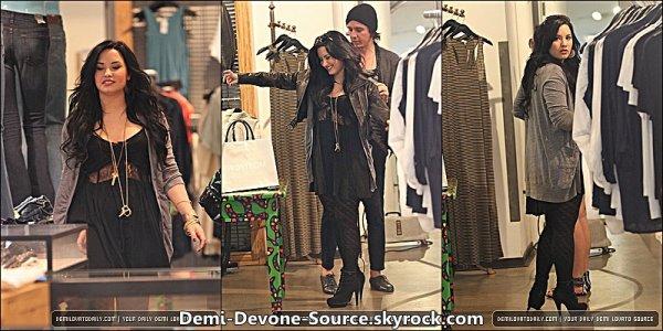 . Le 16 mars 2011: Demi faisait du sopping à Nordstrom avec une de ces amies à West Hollywood.