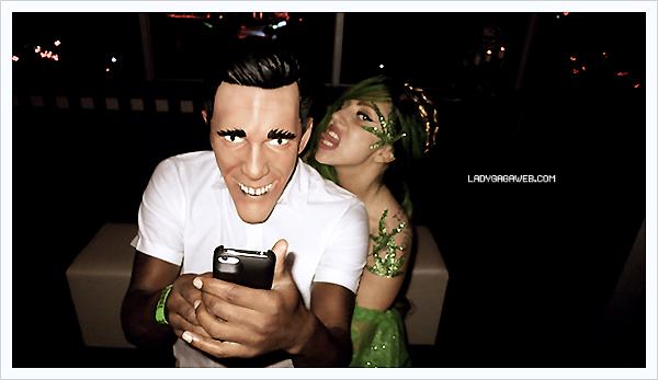 Lady Gaga a partagé plusieurs photos lors de sa soirée spécial Halloween à Porto Rico ce 31/10/12. Puis le lendemain (01/11/12), elle a été photographié à la sortie de son hôtel dans la même ville et elle a également été prise en photo sur la plage de San Juan à Porto Rico avec ses amis le 02/11/12 - Tes avis ?