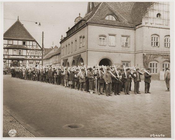 L'horreur de Gardelegen : sur la photo(Les Alliés contraignent les habitants de Gardelegen à porter les croix des victimes jusqu'au cimetière.)