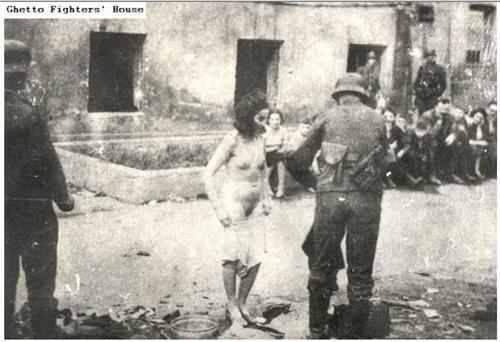 Les femmes étant déshabillé et fouillé après la fin  du soulèvement.  du guetto de varsovie