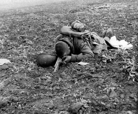 Un soldat  russe mort  sur le front Est