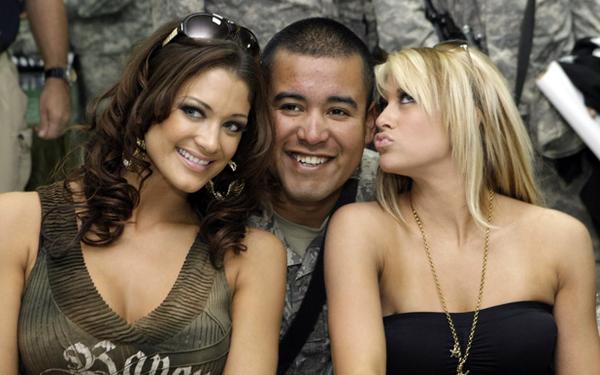 KellyKelly avec des militaires