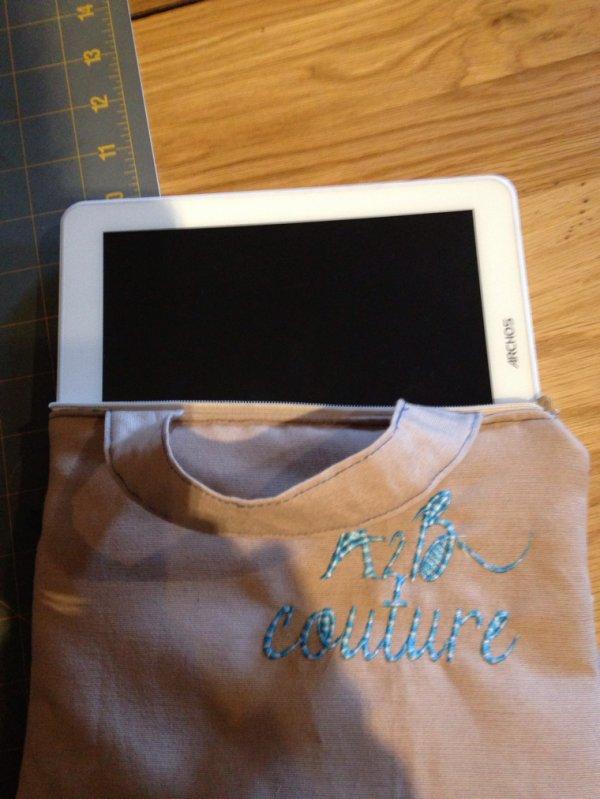 Créa du jour ... Housse pour tablette avec le logo de l atelier