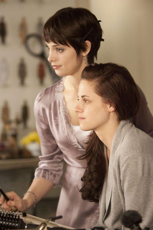 Bella qui e prépare avec Alice pour son mariage
