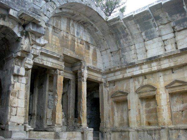 Le temple de Diane ( Nîmes )