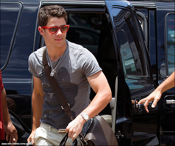 .  25/04/2011 |  Nick et Joe quitte Hawaii pour retourner à Los Angeles     .