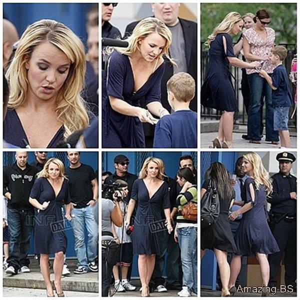 Britney rend visite à des enfants dans une école du Bronx et leur signe des autographes, 2008