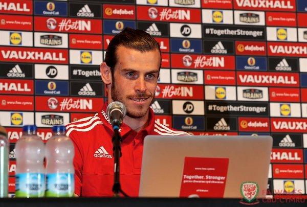 Photos de Gareth Bale qui répond aux questions via Internet à des élèves de son ancienne école Whitchurch à Cardiff lors d'une conférence de presse à Dinard (09.06.16)