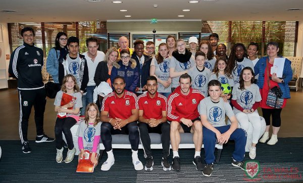 Gareth Bale, Ashley Williams, Neil Taylor et Chris Coleman rencontrent les enfants de l'orphelinat Notre Dame du Roc à côté de l'hôtel de l'équipe du Pays de Galles à Dinard (14.06.16)