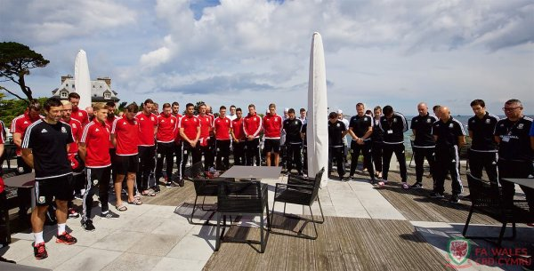 L'équipe et le personnel tiennent une minute de silence pour les deux policiers français (15.06.16)
