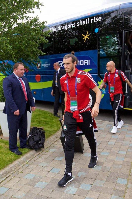Arrivée de Gareth Bale à l'hôtel de l'équipe, le Novotel Lens Noyelles (15.06.16)
