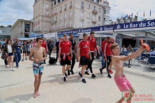 Photos de Gareth Bale et l'équipe du Pays de Galles durant leur promenade dans Dinard (28.06.16)