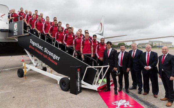Photos de l'arrivée de Gareth Bale et de l'équipe du Pays de Galles à l'aéroport de Cardiff (08.07.16)