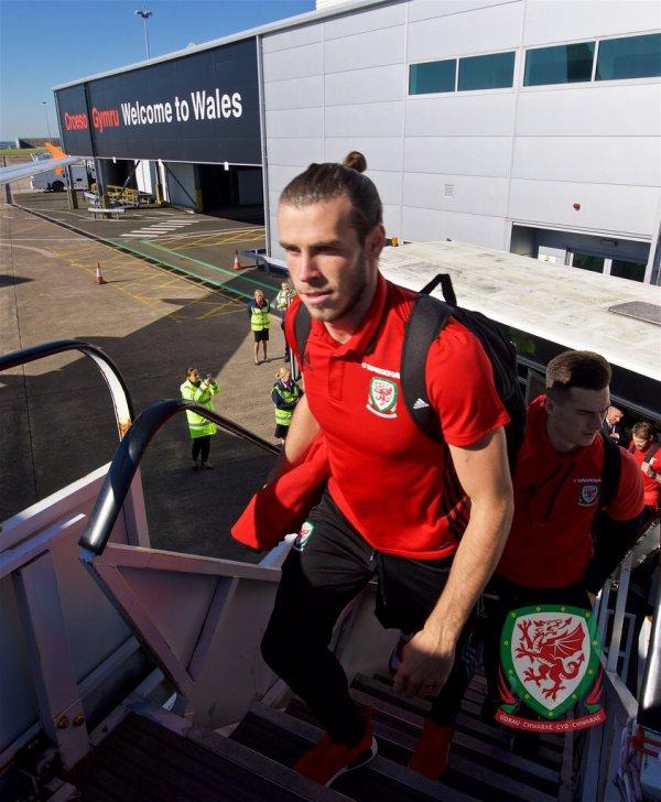 Gareth Bale et l'équipe à l'aéroport de Cardiff (05.10.16)