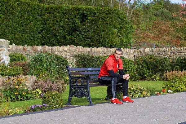 L'équipe nationale du Pays de Galles a visité le Aberfan Memorial Garden pour rendre hommage à ceux qui ont perdu la vie en 1966, le 50e anniversaire de la tragédie (10.10.16)
