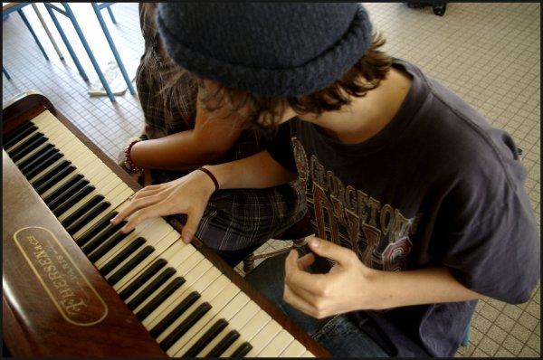 Un piano doit être un ami, c'est-à-dire un confident qui essuie nos rages.  [Félix Leclerc]