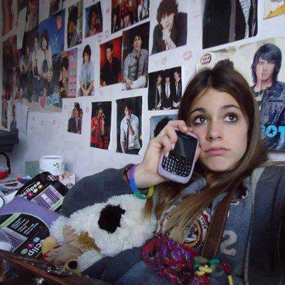 Sa chambre est plein de posters