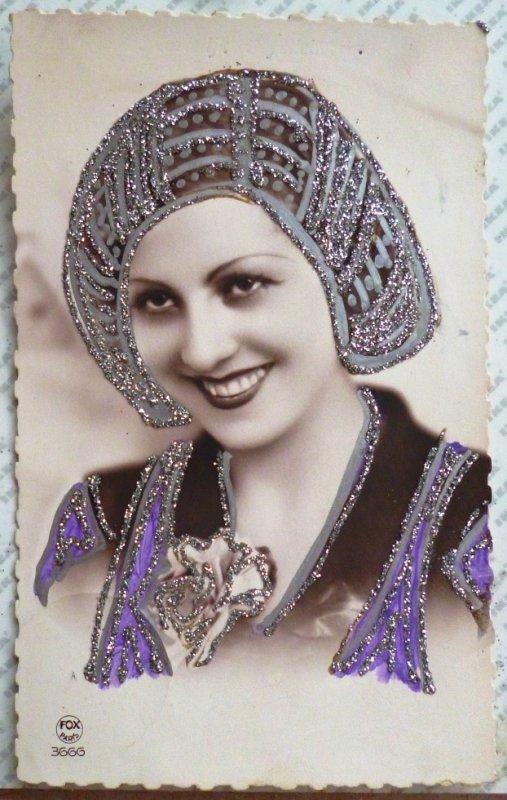 jolie photo portrait de femme coiffe style fete ste catherine