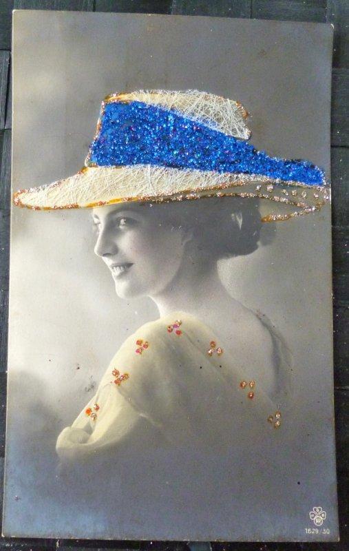 femme a chapeau decor paillettes