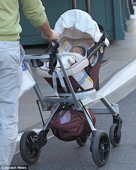 Titanic étoiles Billy Zane promenades avec sa jeune fille née dans le secret il ya trois mois