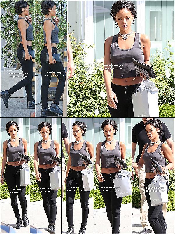 - 31/07/2013 : Rihanna et sa nouvelle coupe dans les rues de Los Angeles avec Leandra et Melissa. -