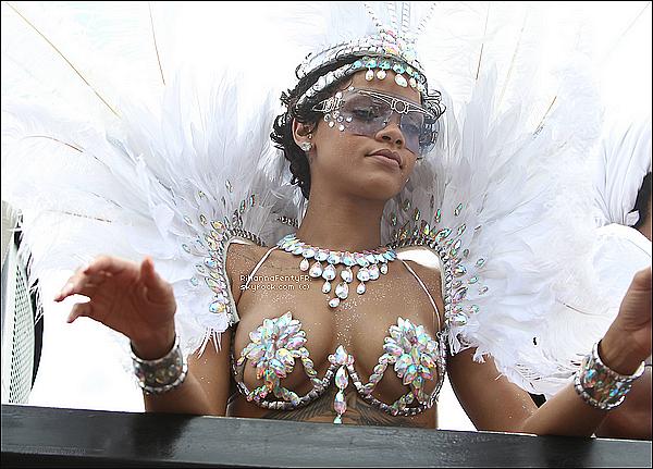 - 06/08/2013 : Rihanna hier après-midi à la parade du festival « Crop Over » à la Barbade déguisée en Princesse des Joyaux. Que pensez-vous de sa tenue ? TOP ? BOF ? ou bien FLOP ?  -