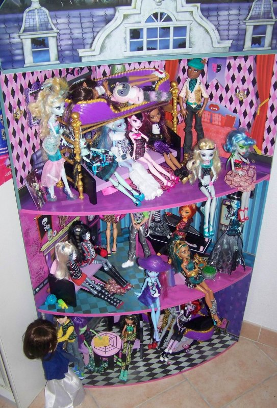 Ma maison avec ma collection de monster high !!:D