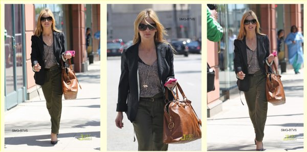 ○ Candids : Sarah au Medical Center le 11 / 04 / 2011 + Anniversaires