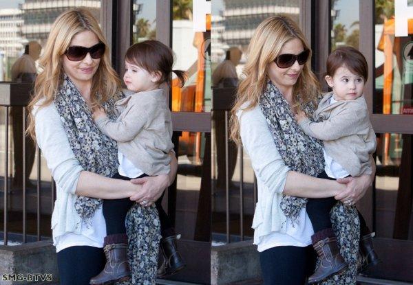 ○ Candids : Sarah & Sa fille Charlotte a l'aéroport de LAX le Lundi 4 Avril