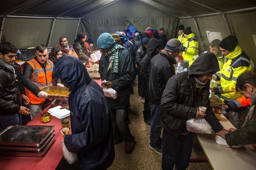 Repas chauds et réconfort pour les migrants dans un centre d'accueil à Calais - lamanchelibre.fr