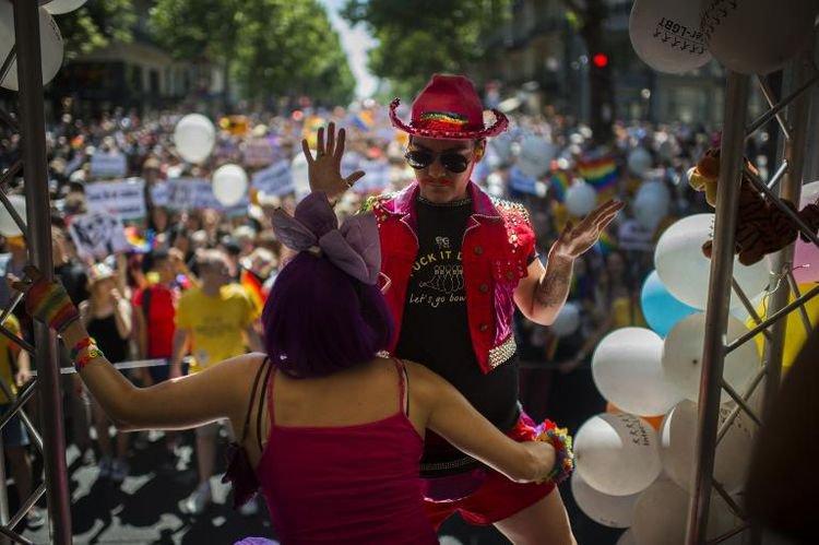 Des milliers de personnes défilent à Paris pour la gay pride - AFP
