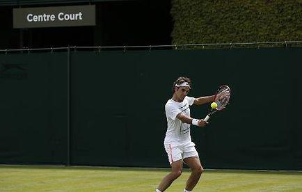 Wimbledon: attaqué par Federer et Murray, Djokovic doit rebondir - AFP