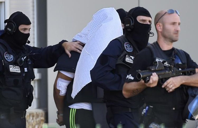 Attentat en France: le suspect reconnaît l'assassinat, transféré à Paris - AFP
