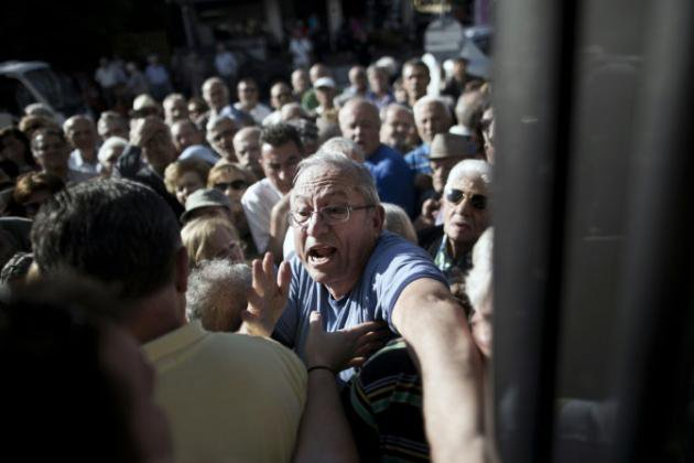 Entre colère et résignation, des retraités grecs viennent chercher 120 euros - AFP