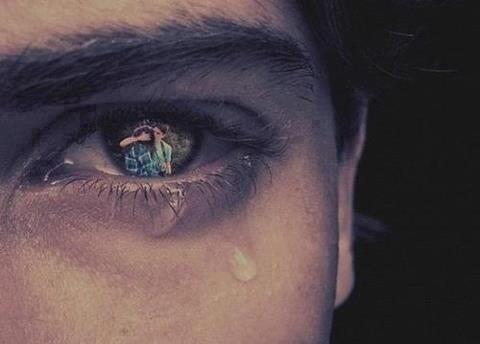 Je veux que tu sortes de ma vie mais quand tu n'y es plus elle ne ressemble plus à rien.