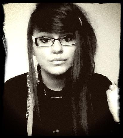 Je ne suis pas triste. Mais il y a un vide à l'intérieur de moi, qui bat et coupe le souffle. Je suis absente à moi-même.